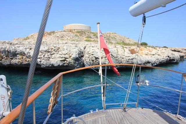 m_Menorca anchorage tied to rock