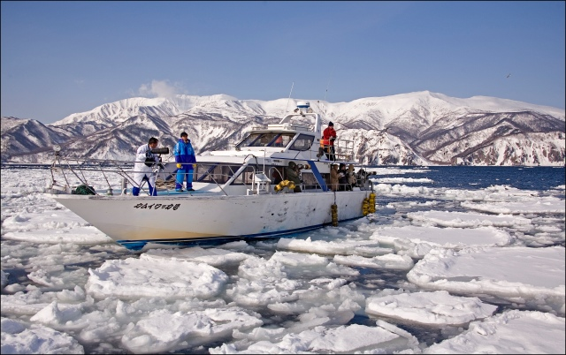 8954 boat in the ice.jpg
