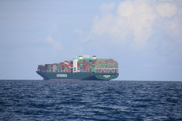 m_Giant container ship.jpg